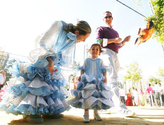 Madre e hija vestidas de flamenca.  Foto: Pascual