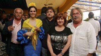 La directora de Ikea Jerez, Almudena Plaza, con Pablo Fernández, jefe de mantenimiento del Circuito y unos amigos.  Foto: Vanesa Lobo