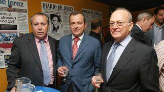 Benjamín Sánchez, director comercial de Diario de Jerez, junto a José Luis Torres y su hijo, presidente y gerente, respectivamente, de Autovin.   Foto: Vanesa Lobo
