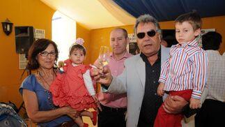 Pedro Carabante, Peri, humorista gráfico de Diario de Jerez, con su familia en la caseta del Diario.  Foto: Manuel Mateo