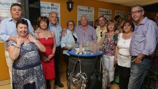 Compañeros de Diario de Cádiz, ya prejubilados, también se pasaron por la caseta del Diario.  Foto: Vanesa Lobo