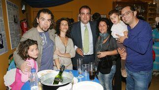 David Lagos, su mujer, la cantaora Melchora Ortega, y su niña, David Fernándezy El Londro con su hijo y su mujer.  Foto: Vanesa Lobo