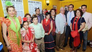 El artista Fernando Toro, con su familia y el director del Diario, David Fernández.  Foto: Manuel Mateo