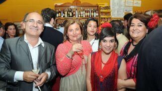 El artista Fernando Toro, María José Vidal, Inma Toro y su madre, Inmaculada del Río  Foto: Manuel Mateo