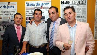 Gabino Gañán y Antonio López, de Angasur, con David Fernández.  Foto: Manuel Mateo