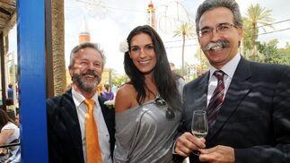 Luis Arroyo y Rafael Beas, de Garvey, junto a la Miss España 2005, Verónica Hidalgo.  Foto: Manuel Mateo