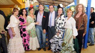 Pedro Grimaldi y David Fernández, con Clara Gómez, Ana Varela, Eva Ostalé, Mari Ángel García, Carmen Rienda y Concha Avilés.  Foto: Manuel Mateo
