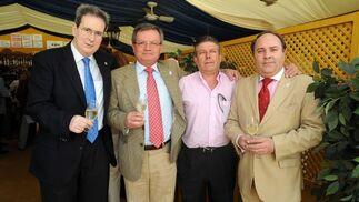 José Luis García, de catering El Duque, con la junta directiva de La Casapuerta, Manuel Jesús Ramos, Jesús Tinoco y José Manuel Robles.  Foto: Manuel Mateo