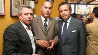 El empresario ubriqueño José Luis López, junto a José Luis Mesia, responsable de Zahav Motor y Gonzalo de Madariaga, de MP Corporación.  Foto: Vanesa Lobo