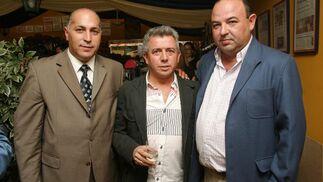 El empresario ubriqueño José Luis López, junto al subdirector de Diario de Jerez, Santiago Manuel Santiago y José Luis Mesia, responsable de Zahav Motor.  Foto: Vanesa Lobo