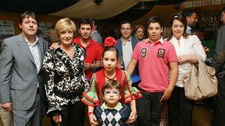 Juan Luis Pérez junto a Carmen Gómez, de Rochdale; Antonio Amaya, de Ramos Sierra; Luis Amaya, de Cajasol, con su esposa, Mariola Pérez Calvo, y sus hijos.   Foto: Vanesa Lobo