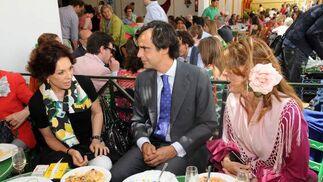 Quina Martínez de Salazar conversa con Alfonso Ruiz- Mateos y su hermana, Paloma.  Foto: Manuel Mateo