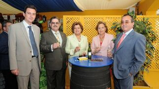Miguel Berraquero junto a Rafael Castro y Fernando Pérez y sus respectivas esposas.    Foto: Manuel Mateo