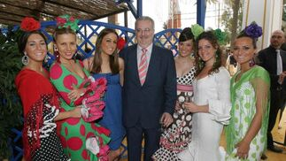 El parlamentario del PSOE Antonio Fernández con su hija y unas amigas.  Foto: Vanesa Lobo