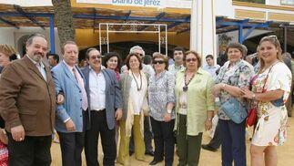 Rocío Domínguez, decana de la Facultad de Derecho, junto a unos amigos médicos y abogados.  Foto: Vanesa Lobo