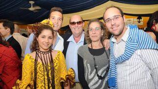 La familia García visitó también la caseta del Diario.  Foto: Manuel Mateo