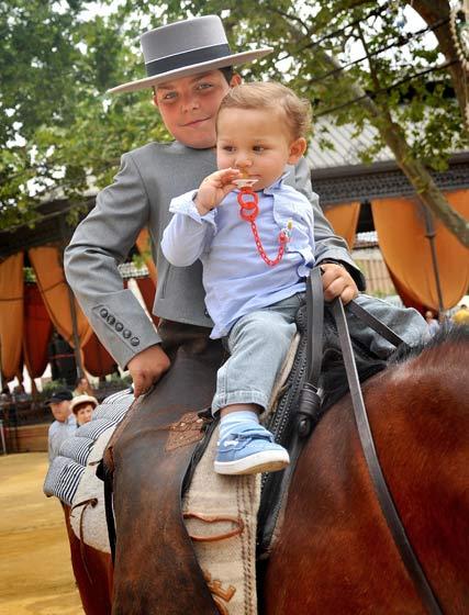 A lomos de un caballo.  Foto: Pascual y Miguel ngel Gonz?z