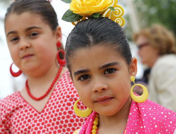 Dos niñas vestidas de gitana.  Foto: Pascual y Miguel ngel Gonz?z