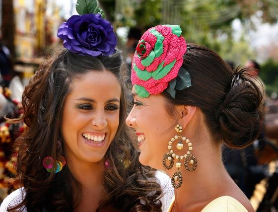 Dos jóvenes vestidas de gitana.  Foto: Pascual y Miguel ngel Gonz?z