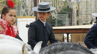 Dos niños vestidos para la ocasión a lomos de bellos caballos.  Foto: Pascual y Miguel ngel Gonz?z