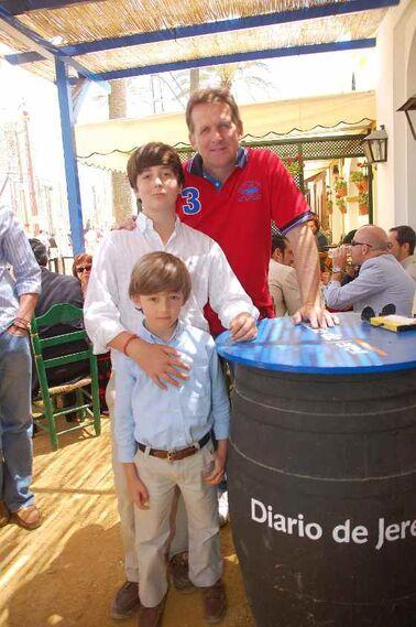 Bernardo Schuster posa con Iñigo y Jacobo Villagrán Joly a las puertas de la caseta de Diario de Jerez.  Foto: Manu Garcia