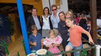 Daniel y Juan González Aller, junto a sus esposas Rosa Joly y Elena de Olives y enm compañía de sus hijos.  Foto: Manu Garcia