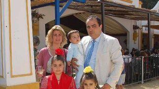 En la imagen, David Fernández, director de Diario de Jerez,  junto a su esposa Inma y sus tres hijos.  Foto: Manu Garcia