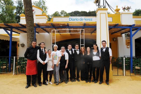 En la imagen, los camareros que desempeñan su labor profesional en la caseta de Diario de Jerez posan antes del comienzo de su jornada de trabajo.  Foto: Manu Garcia