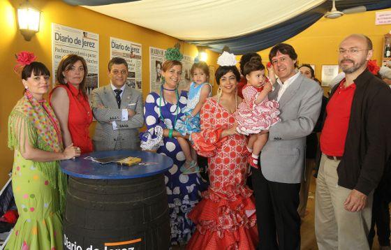 Juan Luis López, del departamento comercial de Diario de Jerez, acompañado por Manolo Molina, de 'Cien Consultores', y unos familiares.  Foto: Manu Garcia
