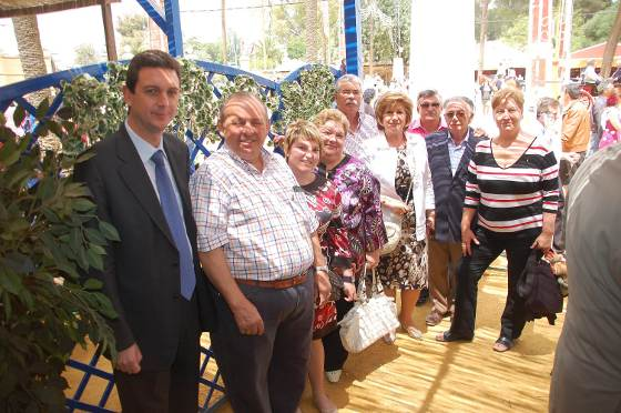Manuel García López, del Restaurante 'El Gordo', posa junto a unos familiares y Miguel Berraquero, gerente del Diario.  Foto: Manu Garcia