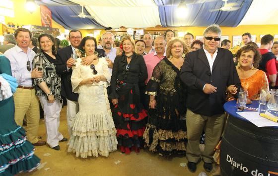 José María Herrera, director comercial de B.C. Ingenieros,  junto a unos familiares en la caseta de Diario de Jerez.  Foto: Manu Garcia