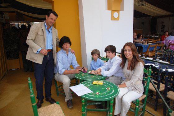 Iñigo Villagrán junto a su esposa María Jesús Joly y sus tres hijos: Pepe, Jacobo e Iñigo, todos en la caseta de este Diario.  Foto: Manu Garcia