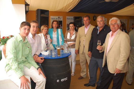 Juan José López García posa junto a familiares y amigos aprovechando su visita por la caseta de Diario de Jerez durante la jornada de ayer.  Foto: Manu Garcia