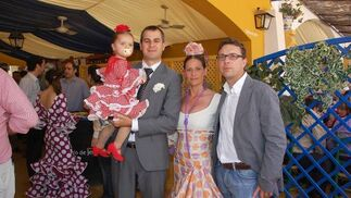 Rafael Nieto, director del Hotel Ibis, en compañía de su hija Ana y junto a Manuel Cornejo, de 'Distibuciones Framohe' y la esposa de este último.  Foto: Manu Garcia