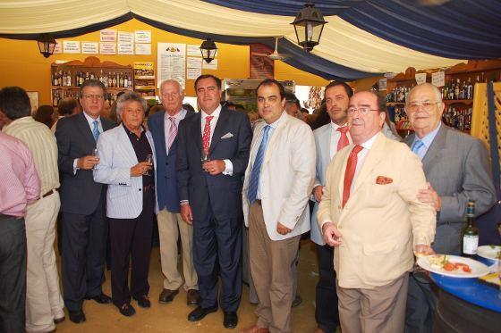 José Ramón Estévez, en un grupo en el que aparecen Manuel Herrero, el cantaor Pansequito,  David Fenández, Ignacio Bolivar, cónsul de Venezuela en Sevilla, y Javier Meseguer.  Foto: Manu Garcia