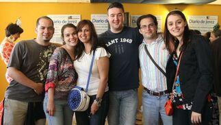 Ana Villegas, Jefa de Área de Diario de Jerez, la redactora Maria Valero y la fotógrafa Vanesa Lobo, con algunos amigos  Foto: Manu Garcia