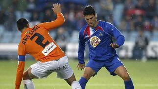 Gavilán intenta zafarse del malaguista Jesús Gámez. / EFE