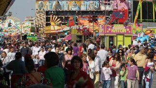 Centenares de personas atestaron ayer la zona de los 'cacharritos'.  Foto: miguel ángel González