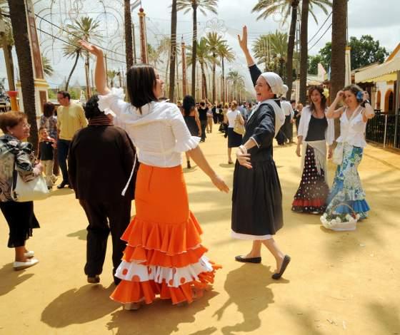 Un grupo de jóvenes vascos celebró ayer una despedida de solteras en la caseta de Diario de Jerez y no dudó en arrancarse por sevillanas.   Foto: manuel aranda