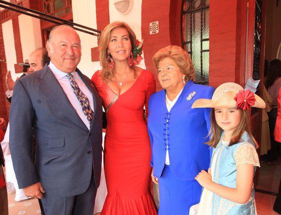 Álvaro Domecq Romero, Norma Duval, Ana María Bohórquez y su nieta, departiendo poco antes de comenzar lo que fue un festejo histórico por la labor de Morante.  Foto: Juan Carlos Toro