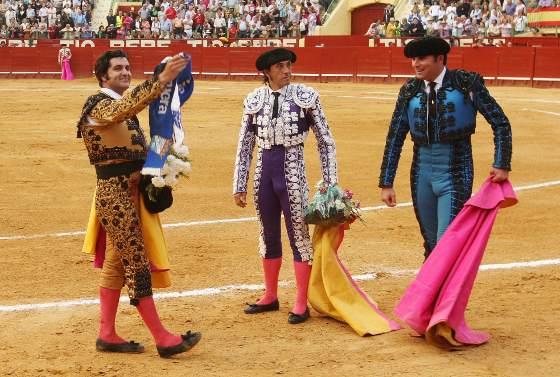 Morante de la Puebla, con una bufanda del Xerez Deportivo. La ciudad se dividió ayer entre el Real de la Feria, la plaza de toros y el estadio.  Foto: Juan Carlos Toro