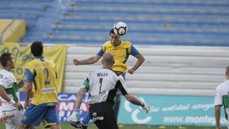 El Cádiz abandona los puestos de descenso a Segunda B después de muchas jornadas situado en esa zona y lo ha hecho gracias a su victoria por 2-1 ante el Elche, con goles de Ogbeche y Tristán   Foto: Julio Gonzalez