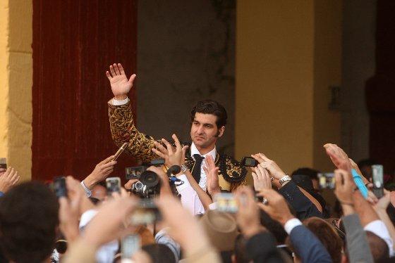 El torero sevillano, vestido de canela y azabache, saliendo a hombros del centenario circo jerezano.  Foto: Juan Carlos Toro