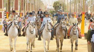 Un grupo de jóvenes jinetes cabalga por el recinto ferial.  Foto: manuel aranda