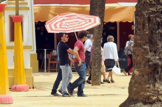 Hubo quienes ayer se pasaron de precavidos y acudieron con una sombrilla que, en verdad, no hizo nada de falta.  Foto: manuel aranda