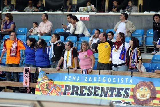 En Chapín también estuvieron presentes aficionados maños, que celebraron la permanencia de su equipo. Todos contentos.  Foto: Miguel Angel Gonzalez