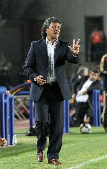 El técnico del Xerez indica el número 3, como tres fueron los goles que se le hicieron al Zaragoza.  Foto: Miguel Angel Gonzalez