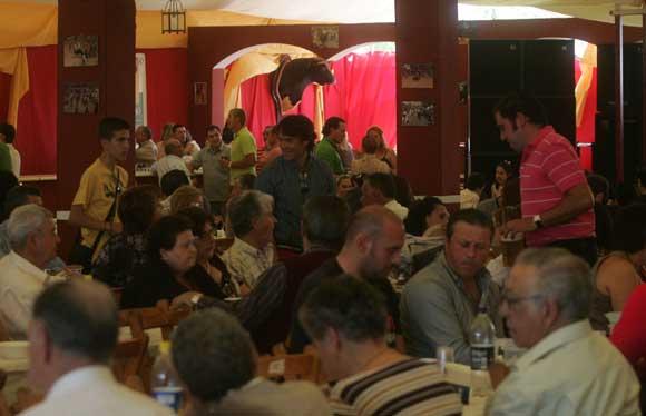 Cientos de personas acuden a las casetas para poner los últimos farolillos y disfrutar de los almuerzos de socios. Las Fiestas Patronales de San Isidro Labrador se abren hoy tras la coronación y la cabalgata  Foto: Jose Maria Qui?s