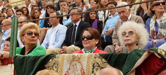 La Duquesa de Alba, partidaria de los Rivera Ordóñez, ocupó una barrera para no perderse la actuación de Francisco.  Foto: Juan Carlos Toro