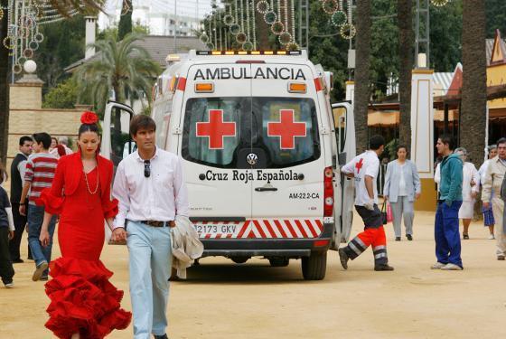 Efectivos de la Cruz Roja se disponen a realizar una intervención ayer.  Foto: Pascual